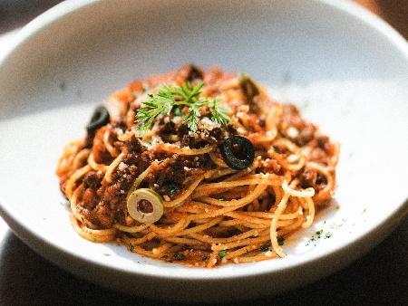 Паста талятели (или фетучини, спагети) със готварска сметана, сос Уорчестър, доматен сок, маслини и кайма - снимка на рецептата